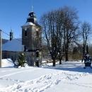 Druhý den vyrážíme na sněžnice, auto necháváme v obci Krásná u kostela