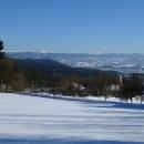 Na obzoru se lesknou zasněžené Krkonoše