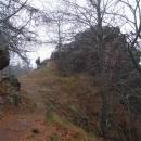 Na těchto skalách stál hrad Mitrvald