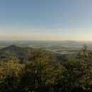 Výhled je parádní, tento je směrem do Čech na typické kužele, v dálce Bezděz