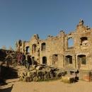 Zbytky vnější zdi císařského paláce zdobí malé hromosvody.