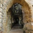 Hrad skýtá spoustu průchodů a romantických zákoutí