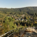 Výhled z hradu na městečko Oybin a vyhlídkovou skálu Töpfer