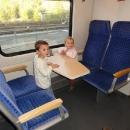 Cesta zpátky do Liberce ze Žitavy probíhá v supermoderní lokálce. Děti jsou z vlaku nadšený.
