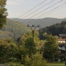 Pohled na vesničku Novina s viaduktem a Ještědem v pozadí kazí dráty elektrického vedení