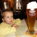 K jídlu jedny Svijany, neodolá ani tříletá Šárka :-)