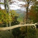 A v mezeře mezi stromy je vidět Tolštejn, a tam jdeme.