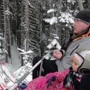 Třetí den jedeme lyžovat dolů do Ramsau. Sedačková lanovka děti nadchla.