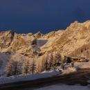 Večer, když vystupujeme z autobusu, je nebe nad horami neskutečně tmavomodré. Předzvěst následujícího pěkného dne?