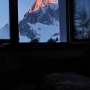 A opravdu - ráno slunce ozařuje vrcholky okolních hor - vstávejte lenoši