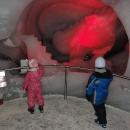 Procházíme chodbičkami v ledu s vysekanými postavičkami