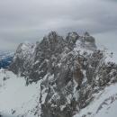 Pohled na Hoher Dachstein, pěkně fučí, vleky už jsou zastavené. Připadám si jak v Himalájích, ale tam to musí být ještě o 200% horší.