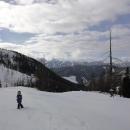 Jenže celou noc zase sněžilo a lyžařská cesta dolů je zavátá.