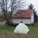 Náš stan po první noci v chatové osadě