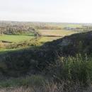Parkujeme kola a za chvilku stojíme na vrcholu. Tam nevěříme svým očím – koukáme do kráteru bývalé sopky.