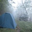 Ráno čučíme ze stanu do husté mlhy.