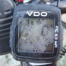 Škrábu led z tachometru na kole, abych zjistila teplotu. -4°C.