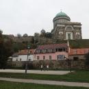 Pod bazilikou. Uvnitř už jsme kdysi dávno byli, takže teď míříme podél Dunaje dál...