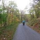 Uzoučké asfaltky takřka bez provozu vedou napříč celým pohořím, ovšem neustále nahoru a dolů!