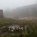 Už během snídaně se zatáhlo, takže horu opouštíme v mlze. O té bývalé raketové základně se mi nepodařilo pořádně nic zjistit.