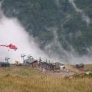 Pod Velkým Kriváněm betonují za pomoci vrtulníku stanici lanovky