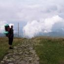 Kameny dlážděná cesta od stanice lanovky
