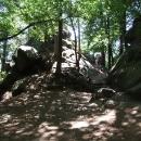 Ve stínu stromů podél skal stoupáme na Pantheon
