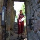Brankou vstupujeme do areálu hradu Vranova