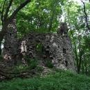 A to už se objevují obranné bašty hradu Ostrý Kameň