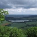 Z Ostrého Kameně máme výhled na startovní nádrž Buková