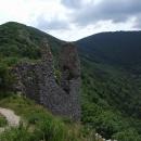 Z hradu Ostrý Kameň budeme ještě stoupat na hlavní hřeben