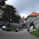 Na nádvoří Smolenického zámku můžeme jen nahlédnout, zrovna se tu fotí svatebčané, pak jsme vyhnáni