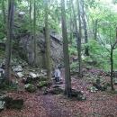 Druhý den se počasí nepovedlo, vyrážíme nejprve k jeskyni Děravá skála