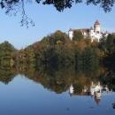 Zámek Konopiště se svým odrazem na hladině rybníka