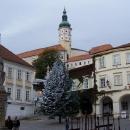 Pohled na Mikulovský zámek z náměstí