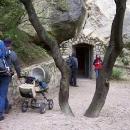 Za chvíli se vnoříme do nitra tajemné jeskyně Turold