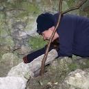 Markéta hledá další cache v jeskyňce pod Sirotčím hrádkem