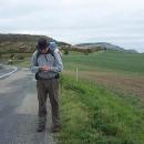 Luděk ladí GPS, šipka nás dovede k další ukryté keši