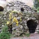 Umělá jeskyně v zámeckém parku, i tady šlechta musela mít všechno