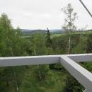 Výhled z 25 metrů vysokého vyhlídkového ochozu si dopřává jenom Luděk, na mě je to moc vysoko. Přesto je vidět, že se rozhledna nachází na kouzelném místě.