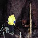 Luděk obdivuje vysoký stalagmit v Kateřinské jeskyni.