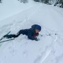 Na vrstevnicové asfaltce úbočím Bukovky zkoumá Víťa vrstvu sněhu