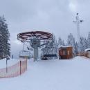 Po hřebeni přijíždíme na lyžarské středisko Kramolín