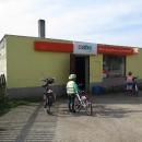 Nejprve si musíme koupit něco na svačinu aneb milujeme polské sklepy :-)