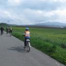 Vede nás Honza po cyklostezce Ploučnice, Ještěd se tyčí zlověstně nad námi.