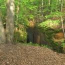 Vyběhli si na nevysoký kopeček, abychom do skalní díry koukali shora