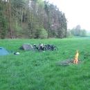 První letošní nocleh ve stanu na louce u Velenic. Nechybí ani ohýnek a buřty. Vyzkoušeli jsme nový stan.