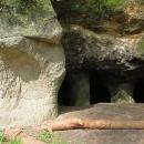 Strop podepírají mohutné skalní sloupy.