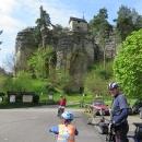 Pod skalním hradem Sloup. Na prohlídku nejdeme, už jsme byli dva roky před tím