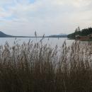 Není moc míst, odkud lze  z kola Máchovo jezero vidět, hráz ve Starých splavech je jedno z nich. A tak obdivujeme Blaťák se siluetou Bezzubu :-)